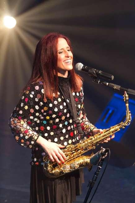 Fernanda Porto se apresenta em show gratuito na região