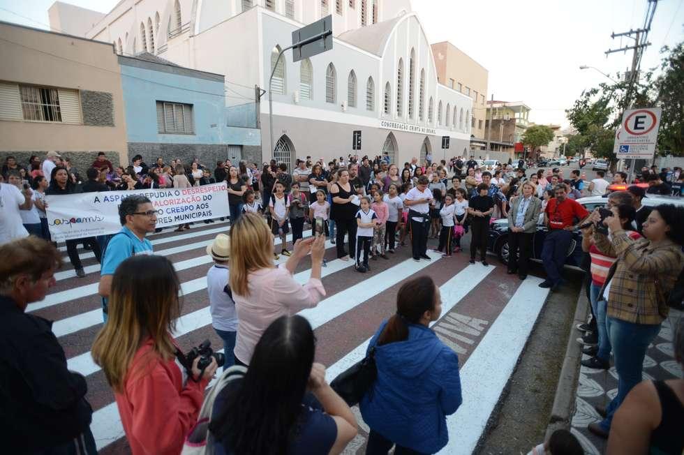 Protesto fecha rua do Achilles