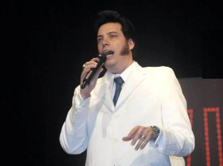 Fundec sedia tributo a Elvis Presley com piano e coral