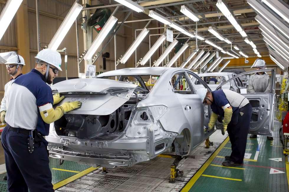 """Seiscentos novos postos de trabalho foram criados em agosto nas indústrias da região de Sorocaba, composta de 48 municípios na base de abrangência do Centro das Indústrias do Estado de São Paulo (Ciesp). Foi o segundo mês consecutivo de desempenho positivo. O mês anterior, julho, fechou com 150 novos postos de trabalho. Entre os 22 segmentos pesquisados na região, o de veículos automotores e autopeças se destacou, contribuindo para a geração de empregos. No ano (de janeiro a agosto de 2018), o saldo também foi positivo e representou aumento de 1.250 postos de trabalho. Nos últimos 12 meses houve crescimento de 450 empregos. Para o empresário Erly Domingues de Syllos, diretor regional do Ciesp e presidente do Conselho Municipal de Desenvolvimento Econômico (CMDE), praticamente 70% da empregabilidade regional corresponde ao município de Sorocaba. Ele lembra que a pesquisa identificou poucos saldos positivos nas cidades pesquisadas e entre as que se destacam está Sorocaba, que a seu ver apresentou em agosto """"número bastante pujante para um mês"""". Syllos atribui esse resultado a """"alguns segmentos pontuais"""", entre eles o automotivo, que registrou queda acentuada no emprego há dois anos, mas que nos últimos dois meses tem se recuperado. Como destaques impulsionadores, ele cita a Toyota, que fez contratações em Sorocaba com o lançamento do modelo Yaris. Em consequência, acrescenta, toda a cadeia de fornecedores da Toyota precisa contratar trabalhadores para incrementar a produção: """"Junto com isso há as montadoras de caminhões, que não produzem aqui, mas compram peças de indústrias de Sorocaba."""" O diretor regional do Ciesp também cita como destaques a atuação da empresa Nal (faróis e lanternas), fornecedora da Toyota; a REV, especializada em transformar carros e adaptá-los como viaturas para o Corpo de Bombeiros e ambulâncias; e a retomada da Tecsis (pás eólicas). (Carlos Araújo)"""