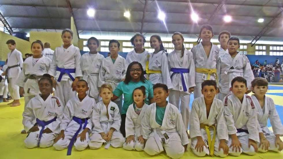 Crianças participam de torneio de judô