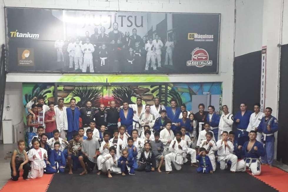 Projeto social usa o jiu-jitsu para praticar a inclusão na Vila Barão