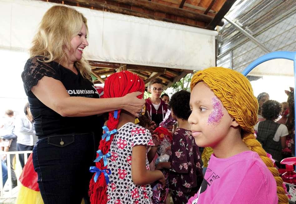 Meninas em tratamento têm perucas de princesa