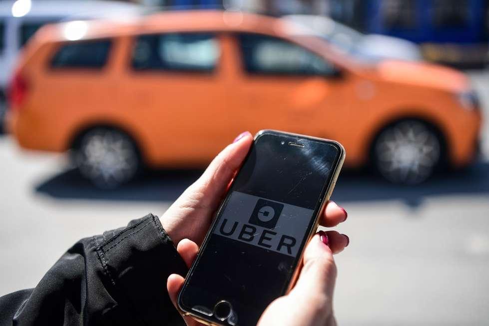 Aplicativo Uber é usado para transporte de passageiros e entrega de comida. Crédito da foto: Ozan Kose / AFP