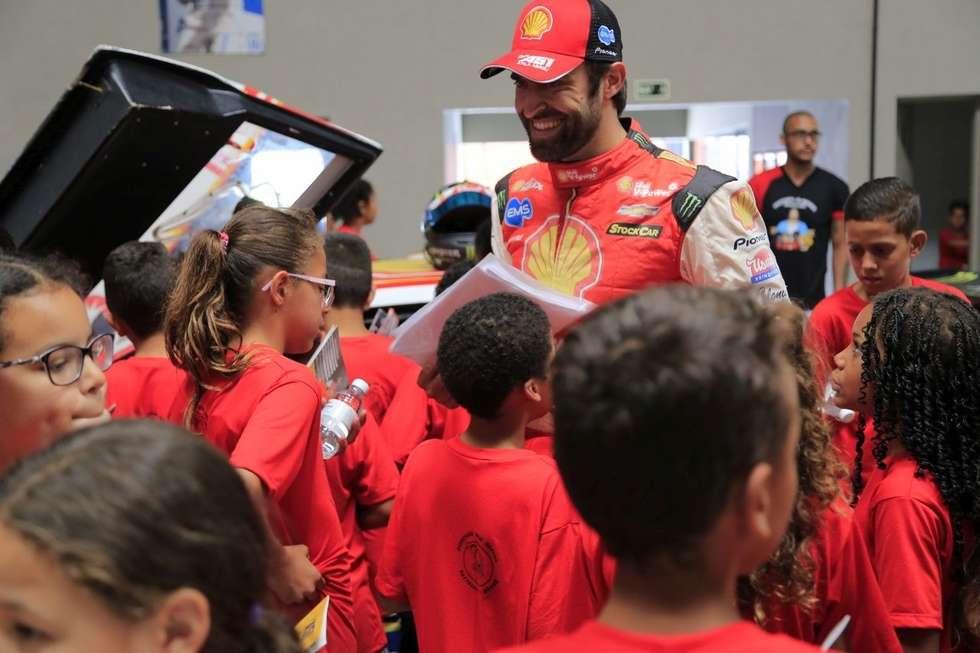 Crianças visitam a oficina de Átila Abreu