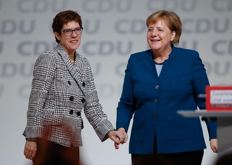 Aliada de Merkel é eleita presidente do CDU