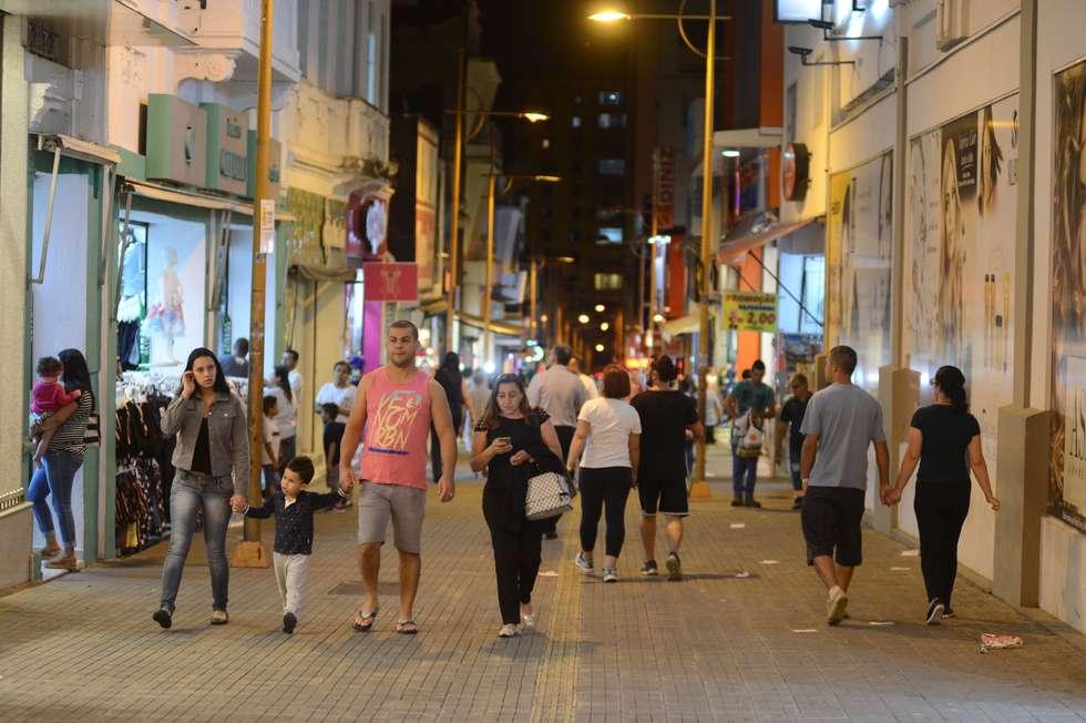 Comércio noturno atrai consumidores ao Centro