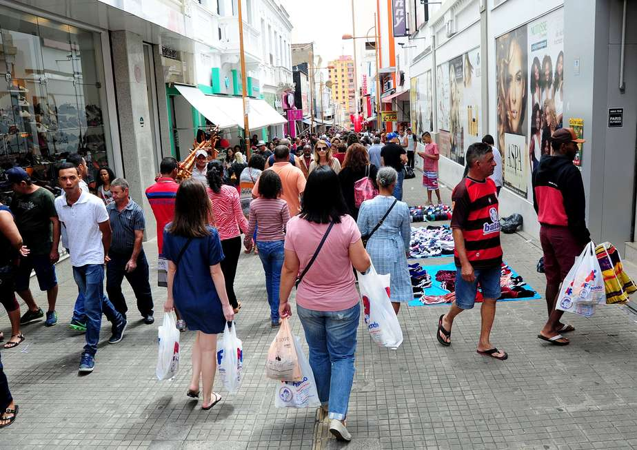 Consumidores saem para as compras de Natal