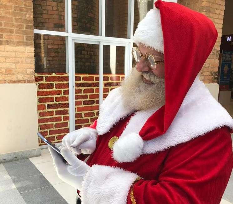 Papai Noel está moderno e se comunica pelo WhatsApp