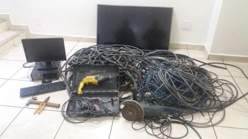 Lixadeira, furadeira, caixa de ferramentas, computador e televisão foram encontrados com os bandidos. Crédito da Foto: Divulgação