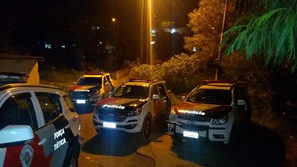 Policiais procuram as armas utilizadas no crime. Crédito da Foto: Divulgação