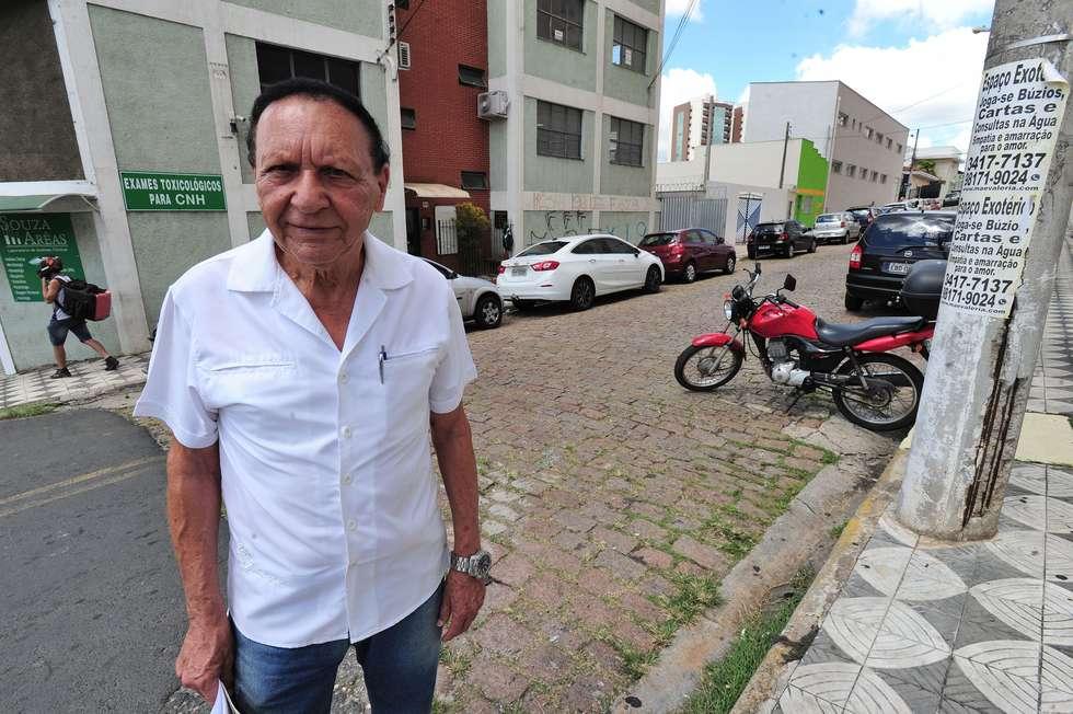 Após 2 anos, prefeitura garante conserto em rua do Centro nesta semana