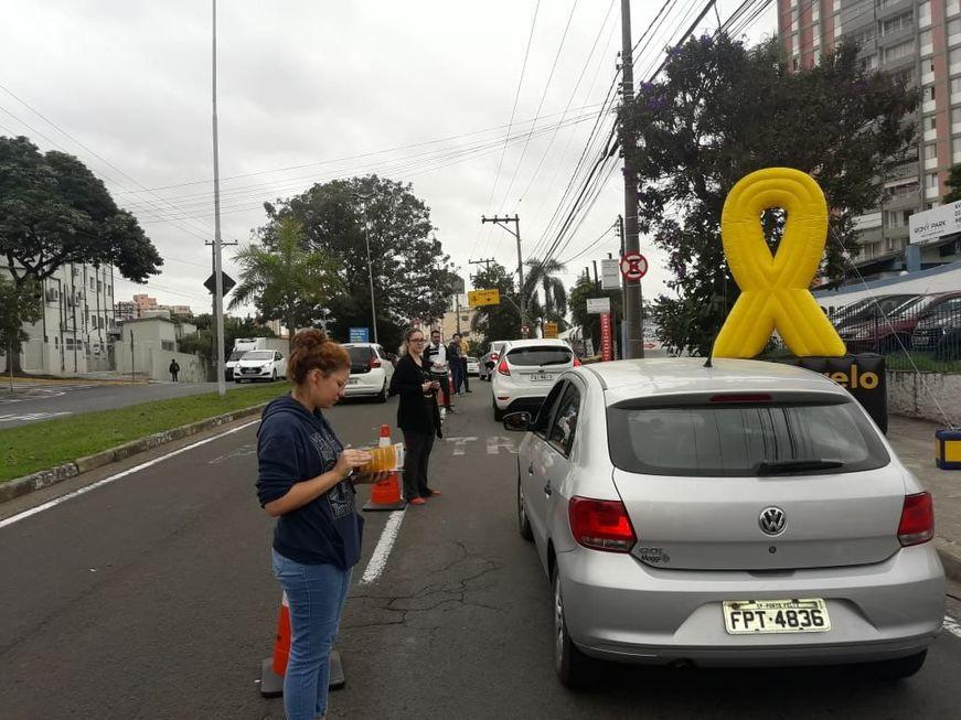 Estudantes orientam motoristas em avenida. Crédito da foto: Secom Sorocaba