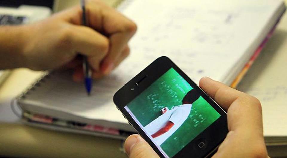 Alunos podem assistir às aulas em qualquer lugar, usando computador ou celular