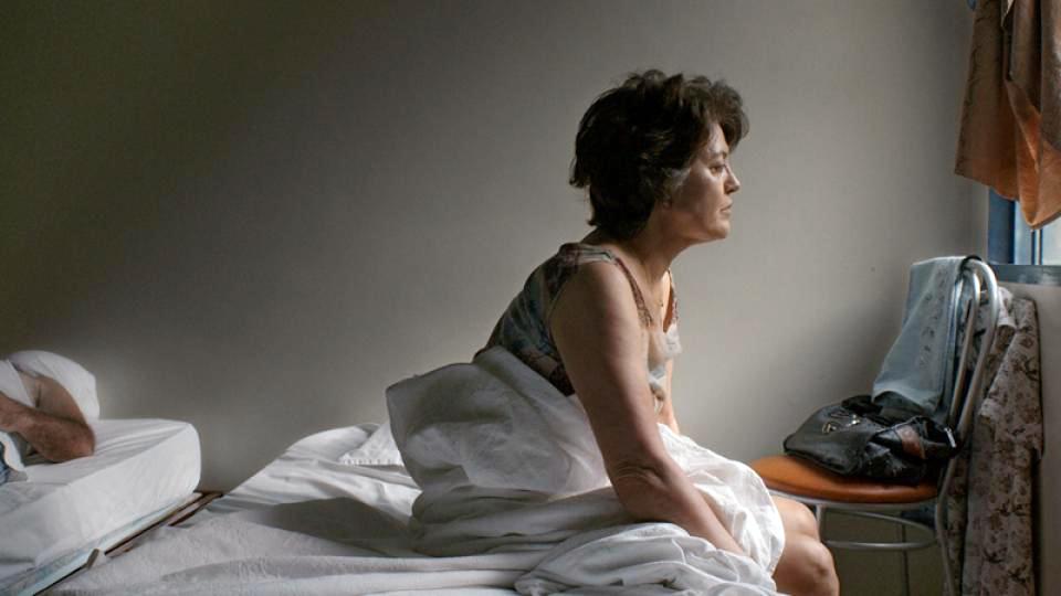 """""""Pela janela"""" conta a história de Rosália (Magali Biff), uma operária de 65 anos de idade deprimida após ficar desempregada"""