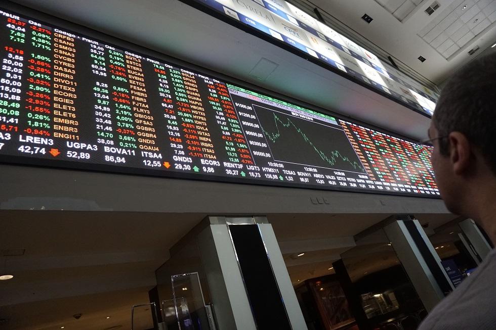 Ibovespa tem alta de 1,49% e dólar sobe para R$ 5,18