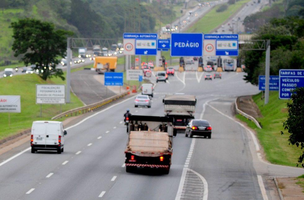 O reajuste dos pedágios das rodovias estaduais de São Paulo foi postergado em quatro meses, informou a Agência de Transporte do Estado de São Paulo (Artesp). A decisão foi publicada nesta terça-feira, 30, no Diário Oficial.  Conforme os contratos de concessão válidos para as rodovias das três primeiras etapas do Programa de Concessões Rodoviárias, o reajuste deveria entrar em vigor em 1º de julho. O adiamento também contempla as praças de pedágio da concessionária Entrevias, que teria atualização em 6 de julho.  De acordo com a Artesp, o adiamento leva em consideração o cenário de estado de calamidade pública, em razão da pandemia provocada pela covid-19. Já a data de reajuste das praças de pedágio da concessionária ViaPaulista, que ocorre em 23 de novembro, permanece inalterada.  As cinco praças do sistema remanescente da concessionária Centrovias e, atualmente, administradas pela concessionária Eixo-SP, também não terão alteração, porque já tiveram suas tarifas calculadas em outro processo, cujos valores estão em vigor desde 15 de maio deste ano, no início da nova concessão. (Estadão Conteúdo)