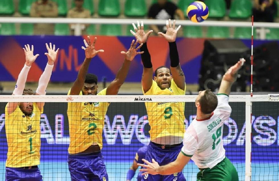 Lance da partida entre Brasil e Bulgária.