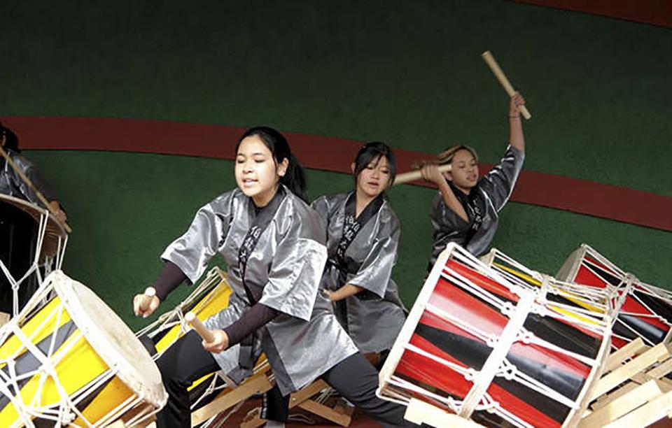 Em Piedade, festa mistura tradições japonesas, como taiko, com ritmos brasileiros