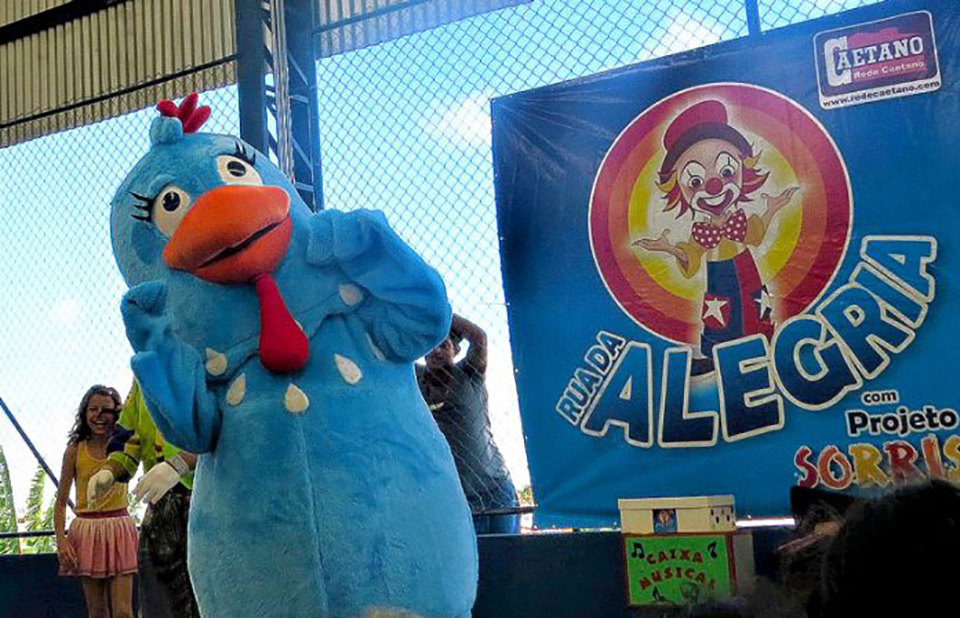 Rua da Alegria promove brincadeiras, atividades esportivas, gincanas e show com palhaços e personagens infantis
