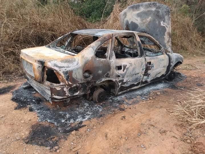 Carro é encontrado queimado em estrada rural de Mairinque