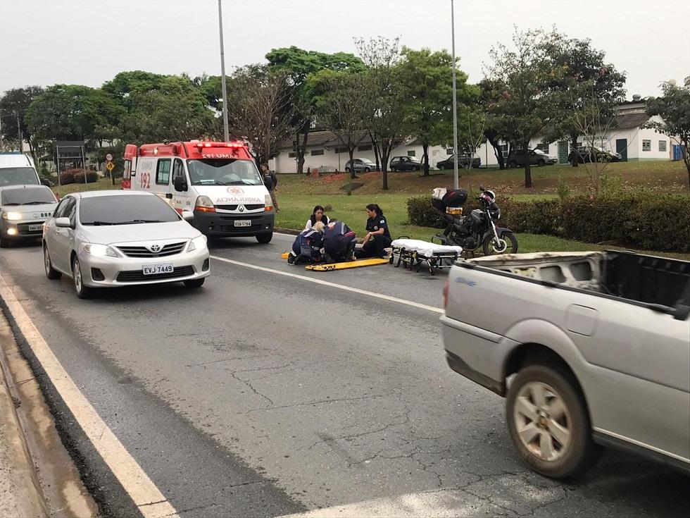 Motociclista cai e é socorrido na Engenheiro Carlos Reinaldo Mendes