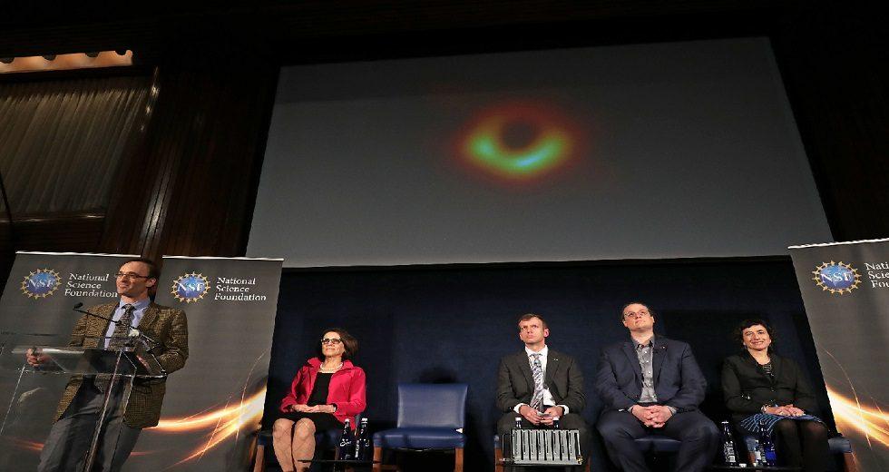 Cientistas premiados querem mostrar imagens de buraco negro em tempo real