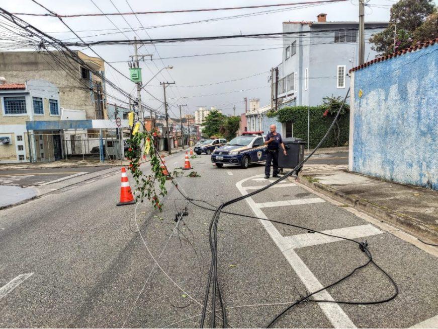Caminhão derruba cabos de telefonia e provoca interdição em rua de Sorocaba