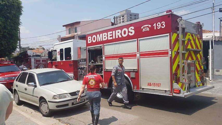 Bombeiros controlam incêndio em casa na Vila Carvalho, em Sorocaba