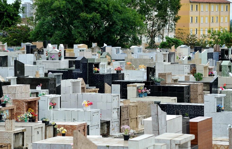 Túmulos do cemitério São João Batista, em Votorantim.