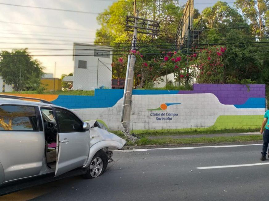 Motorista perde o controle do veículo e derruba poste em Sorocaba