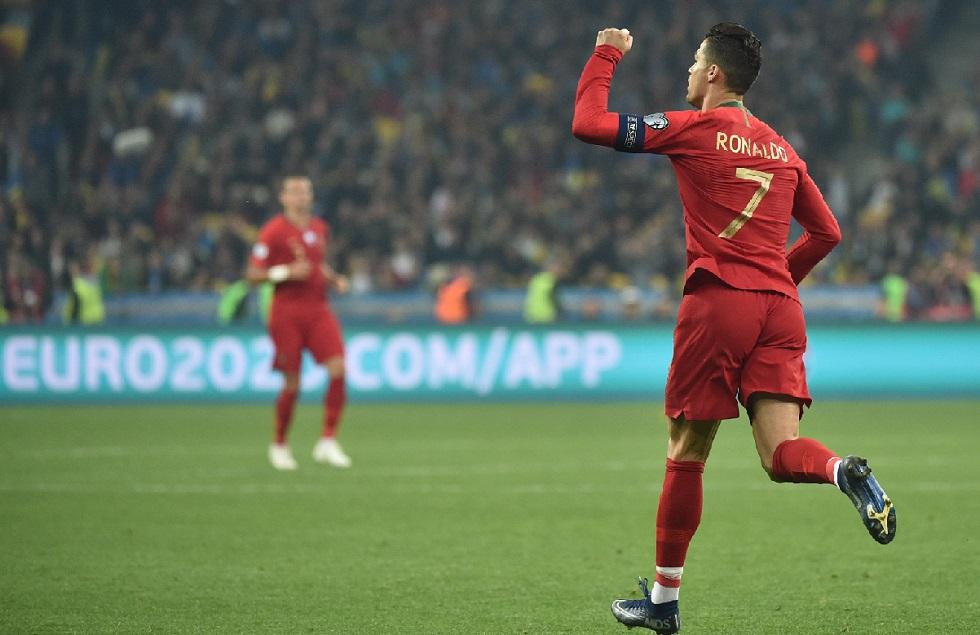 Cristiano Ronaldo festeja o seu gol diante da Ucrânia.