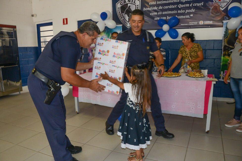 Criança entrega carta à GCM de Sorocaba e ganha festa de aniversário