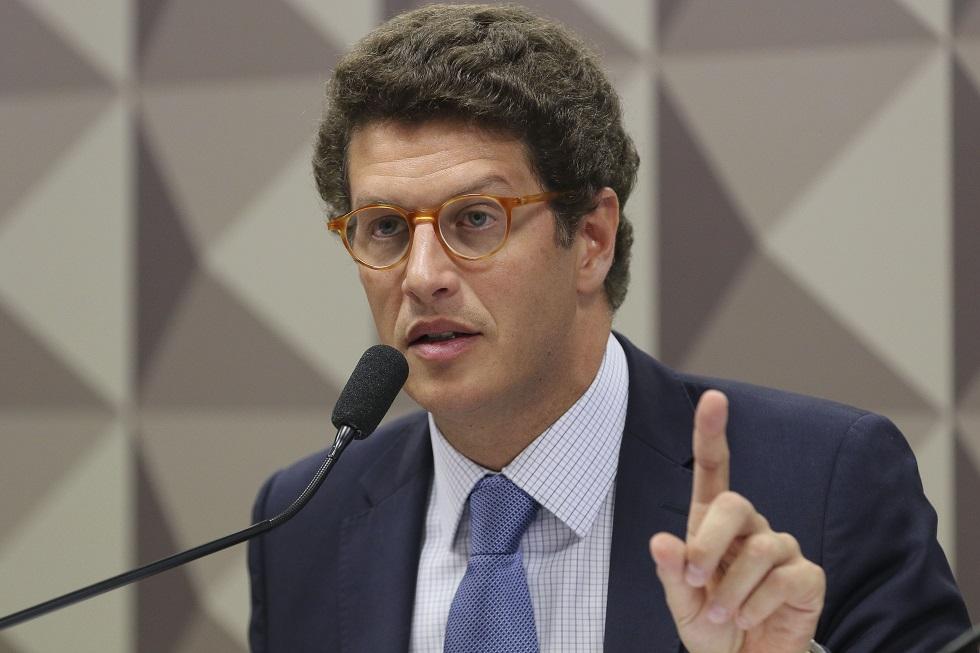 Vazamento de petróleo veio de navio estrangeiro, indica Ricardo Salles