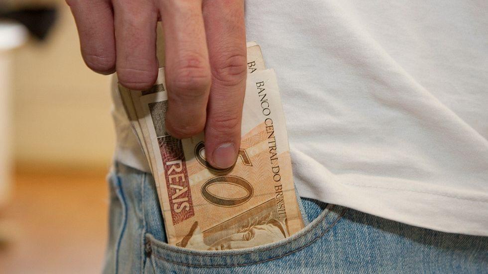 População deve evitar tocar em notas de dinheiro e moedas