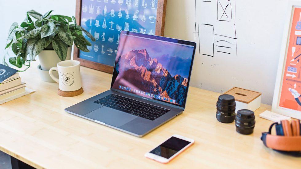 notebook em ambiente criativo para produção de anúncios gráficos