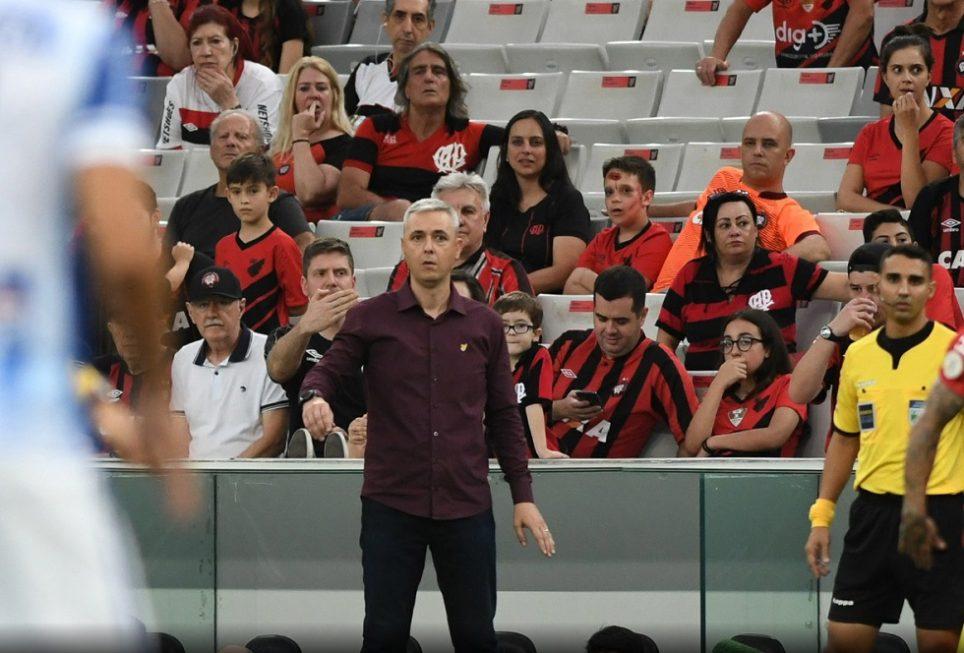 Tiago Nunes nega acerto com Corinthians e diz que saiu do Athletico por desafio