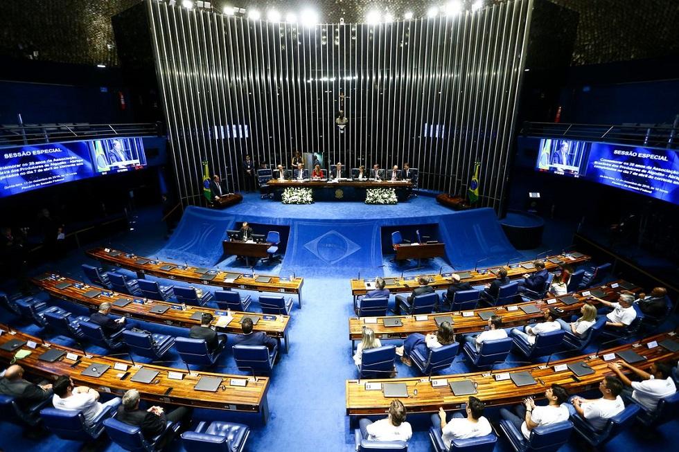 Senadores resistem em aprovar corte no salário de servidor