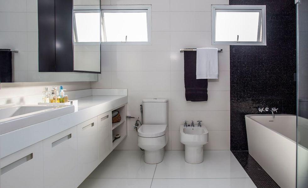 O clássico preto e branco no banheiro