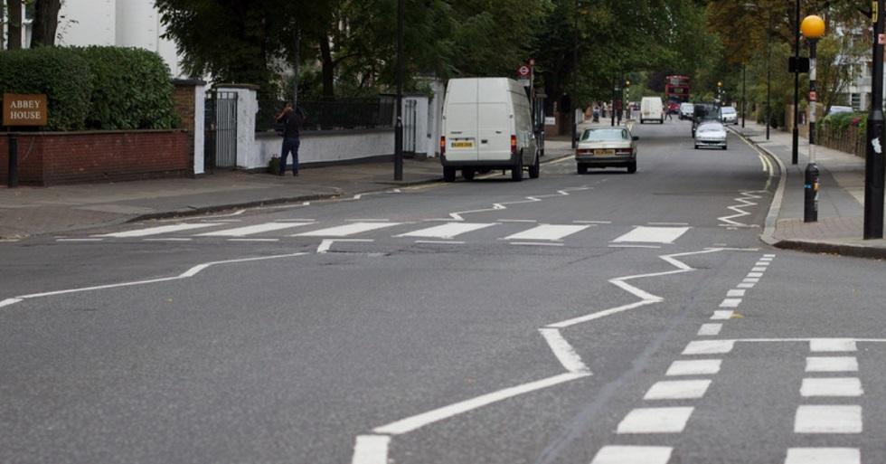 Faixa de pedestres de disco dos Beatles é repintada durante quarentena