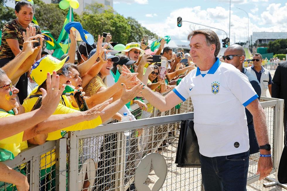 Onze brasileiros que estiveram com Bolsonaro nos EUA têm coronavírus