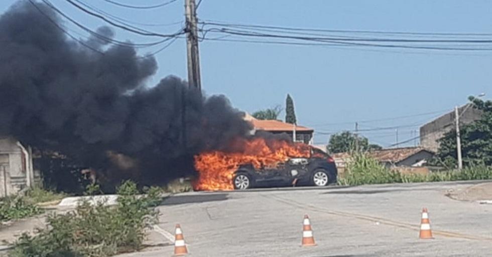 Carro é consumido pelo fogo na zona norte de Sorocaba