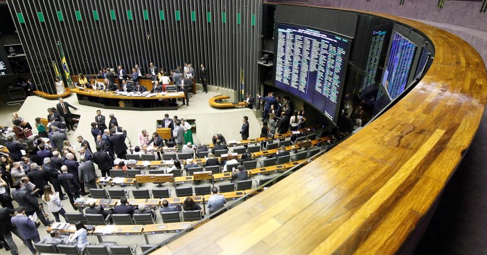 Congresso reduz circulação e prevê quarentena a parlamentares