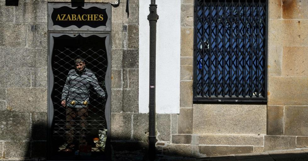 População da Espanha se adapta ao isolamento pelo coronavírus
