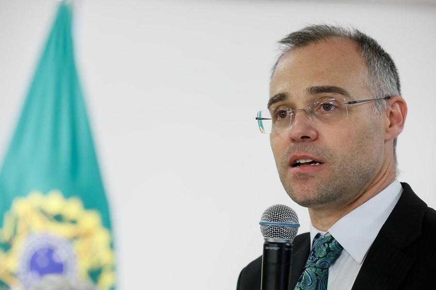 Em posse na Justiça, Mendonça dá recados a antecessor e elogia presidente