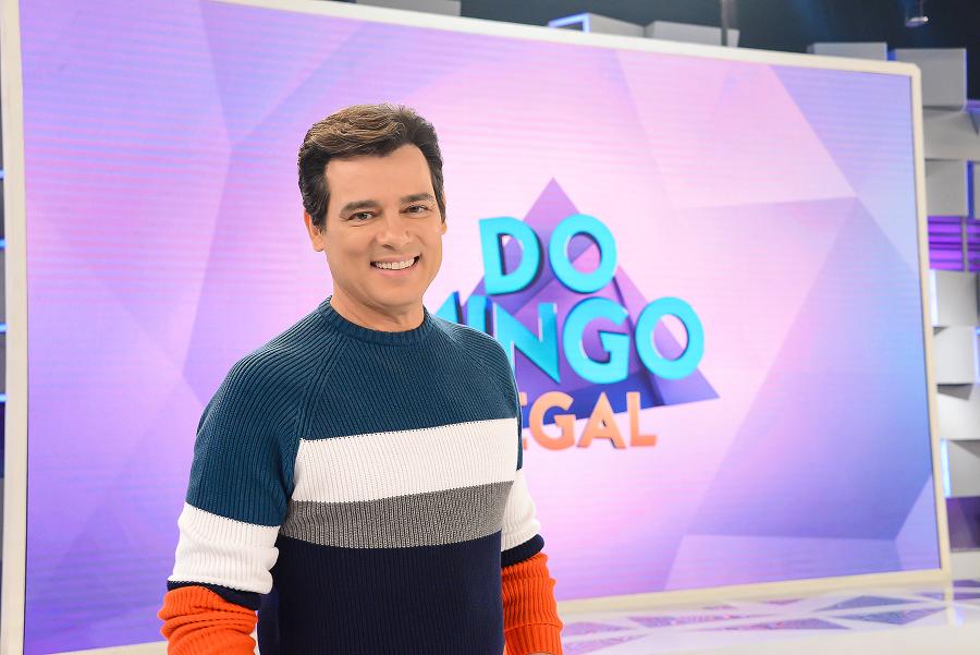 Celso Portiolli grava vídeo lavando louça e vira alvo de piada