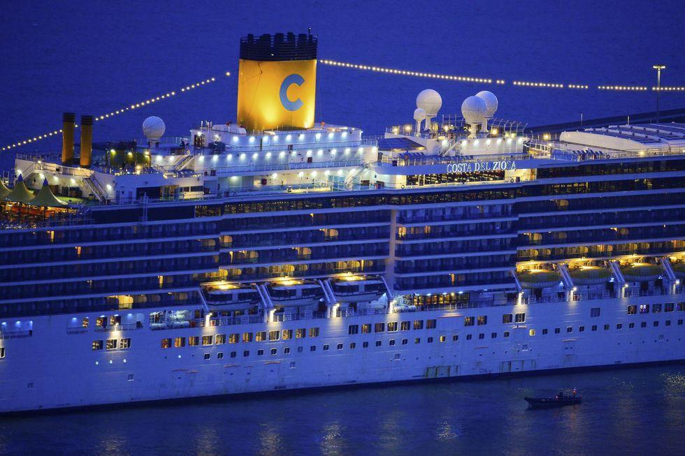 Costa Deliziosa começa desembarque