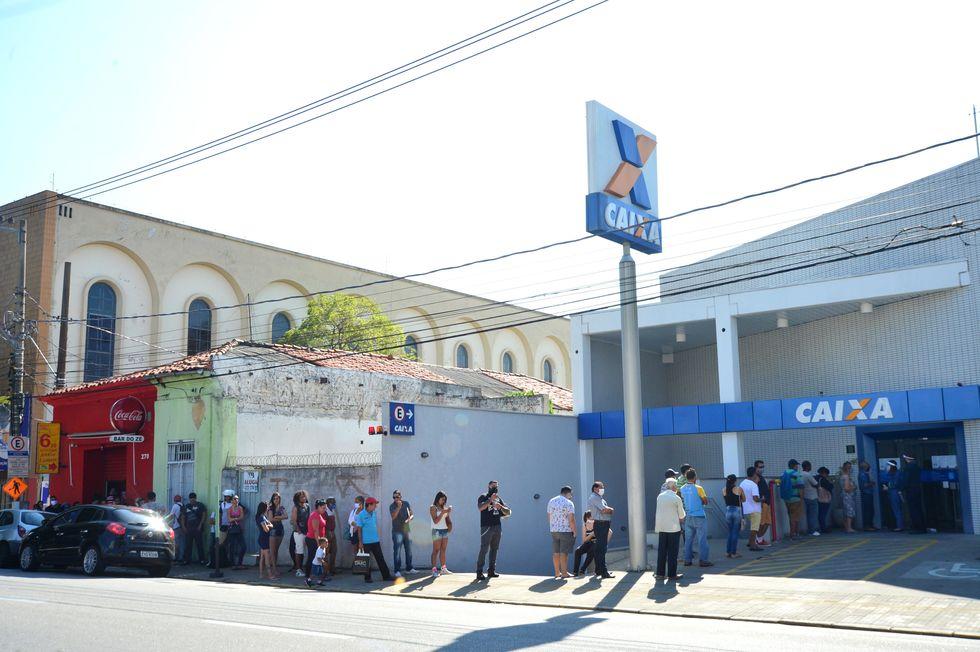 Dificuldades com pagamento do auxílio emergencial lotam agências da Caixa