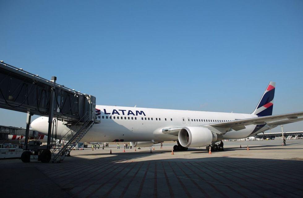 Latam reduz operações de passageiros em 95%