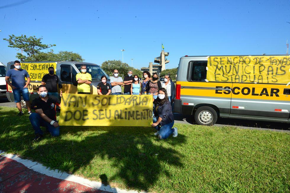 Motoristas de transporte escolar protestam em frente ao Paço